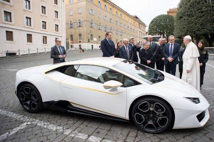 Pápež dostal Lamborghini 01