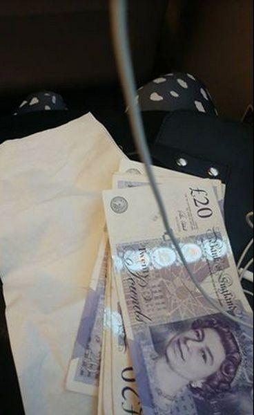 Vo vlaku jej dali peniaze!